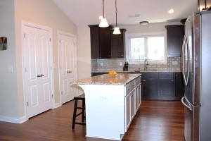 kitchen-with-two-tone-cabinets